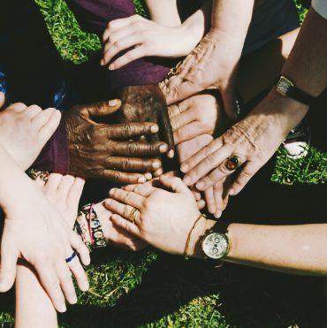 Menschen geben sich die Hand und vernetzen sich