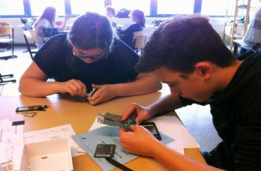 Jugendliche nehmen ihr Telefon auseinander