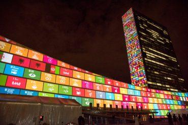 Die Ziele der Agenda 2013 als Lichtinstallation an Hochhauswänden