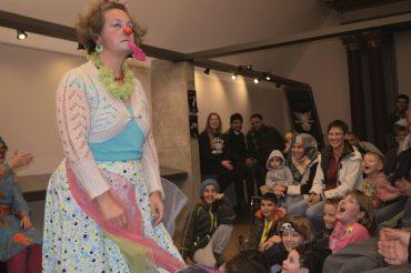 Clowns ohne Grenzen bringen ihr Publikum bei den Entwicklungspolitischen Tagen in Mecklenburg-Vorpommern zum Lachen