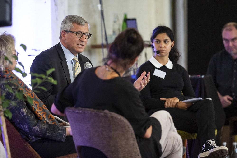Hr. Dr. Felmberg (BMZ) im Gespräch mit Vera Dwors und Monika Dülge auf der Bundeskonferenz der Eine Welt Promotoren 2018 in Berlin, Moderation Dena Kelishadi (Neue Deutsche Medienmacher)