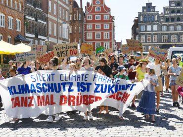 Bei der Silent Climate Parade in Lüneburg gingen junge Menschen für eine klimagerechte Welt auf die Straße